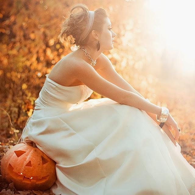 Невеста сидит на хэллоуинской тыкве